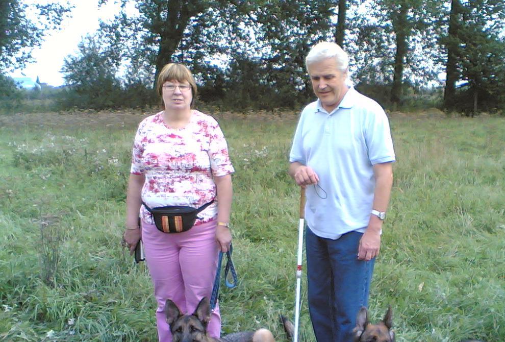 Bild zeigt meine Frau, unsere beiden Schäferhunde und mich!